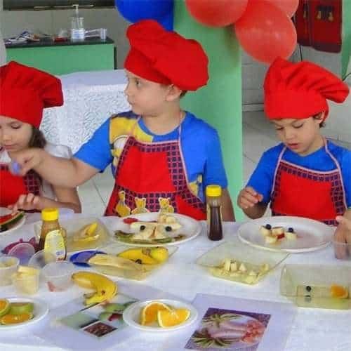 Bambini impegnati in una festa a tema chef con la nostra animazione