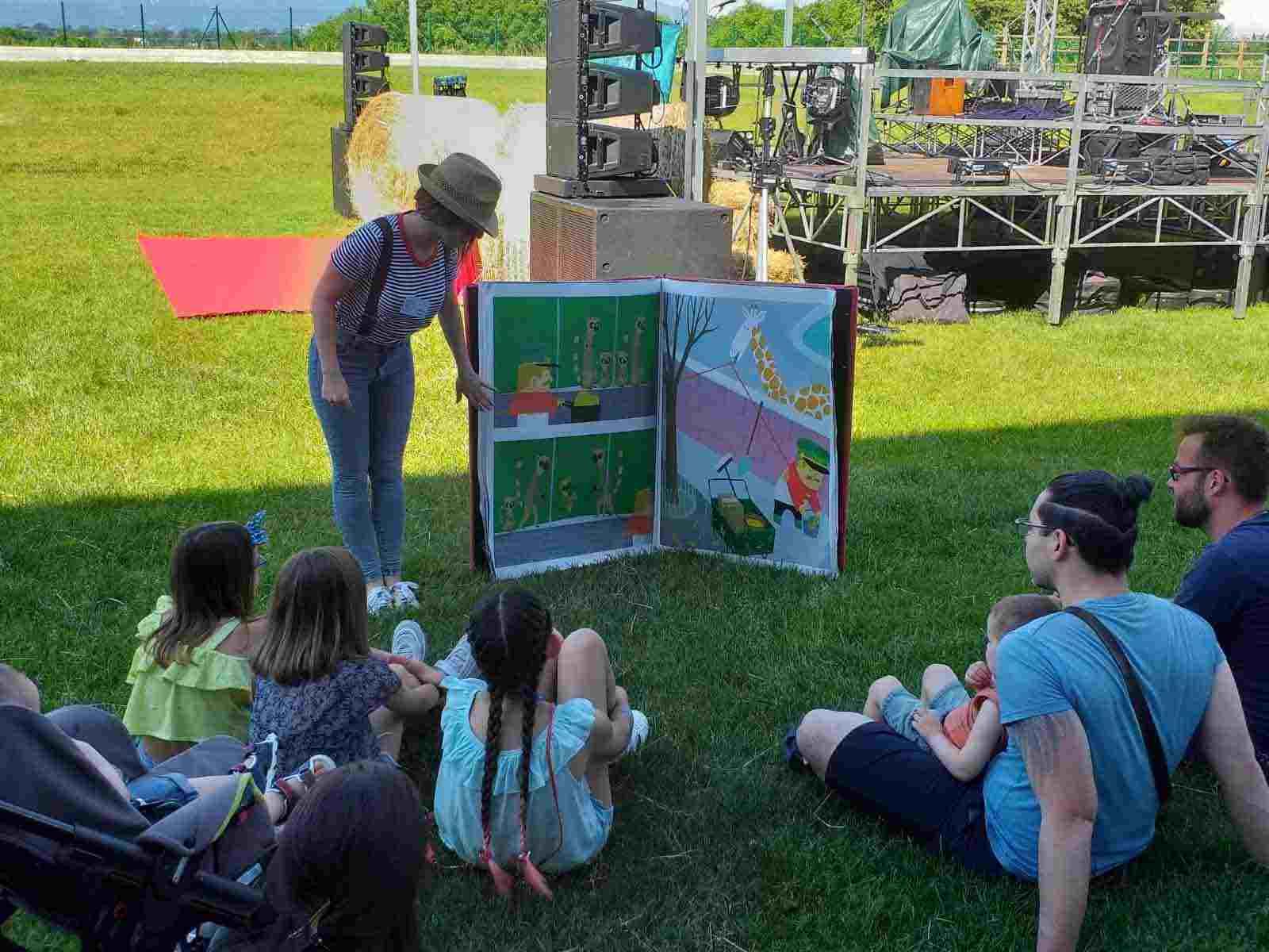Animazione con il cantastorie in un evento a Lecco