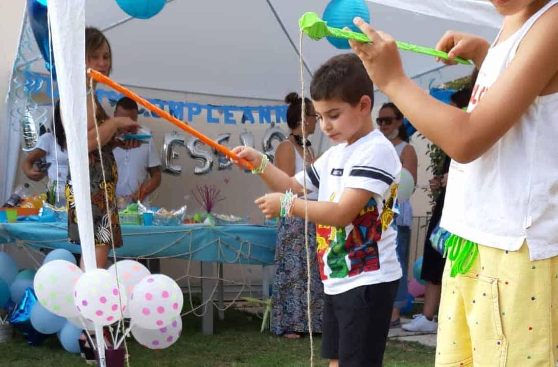 Bambini che giocano durante una festa di compleanno a Brescia