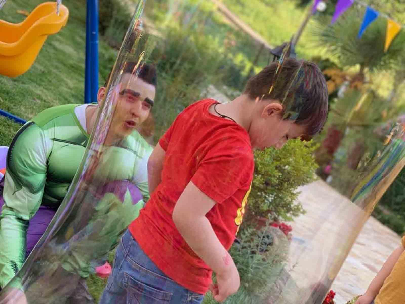 Numero del bambino nella bolla in una festa di compleanno a tema a Monza