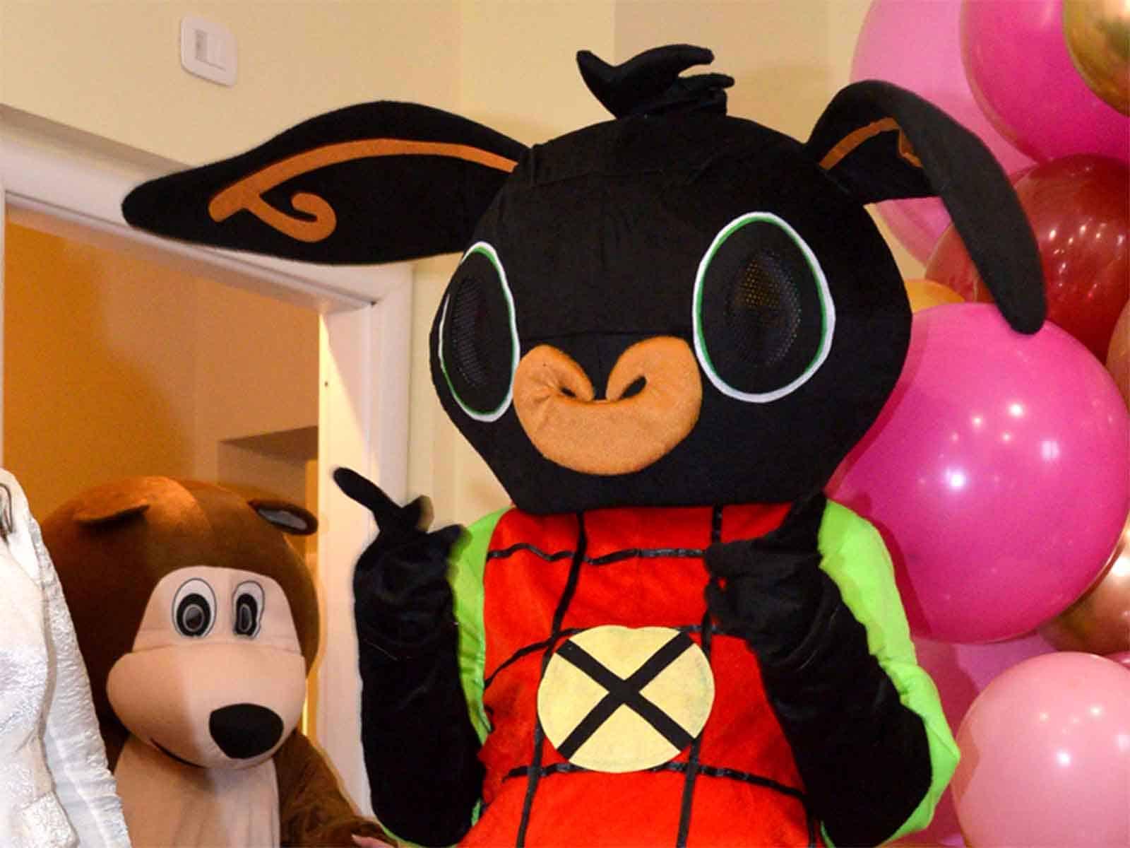 Intervento delle mascotte di Bing e Orso in una festa di compleanno a Como