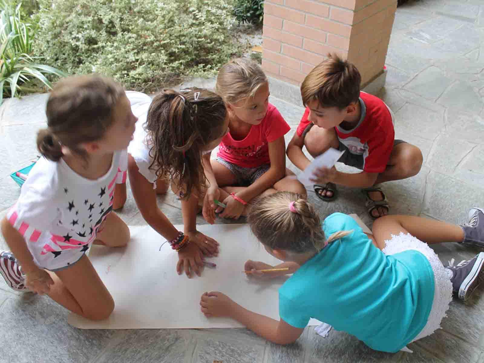 Giochi con quiz in durante un'animazione per bambini a Vimercate