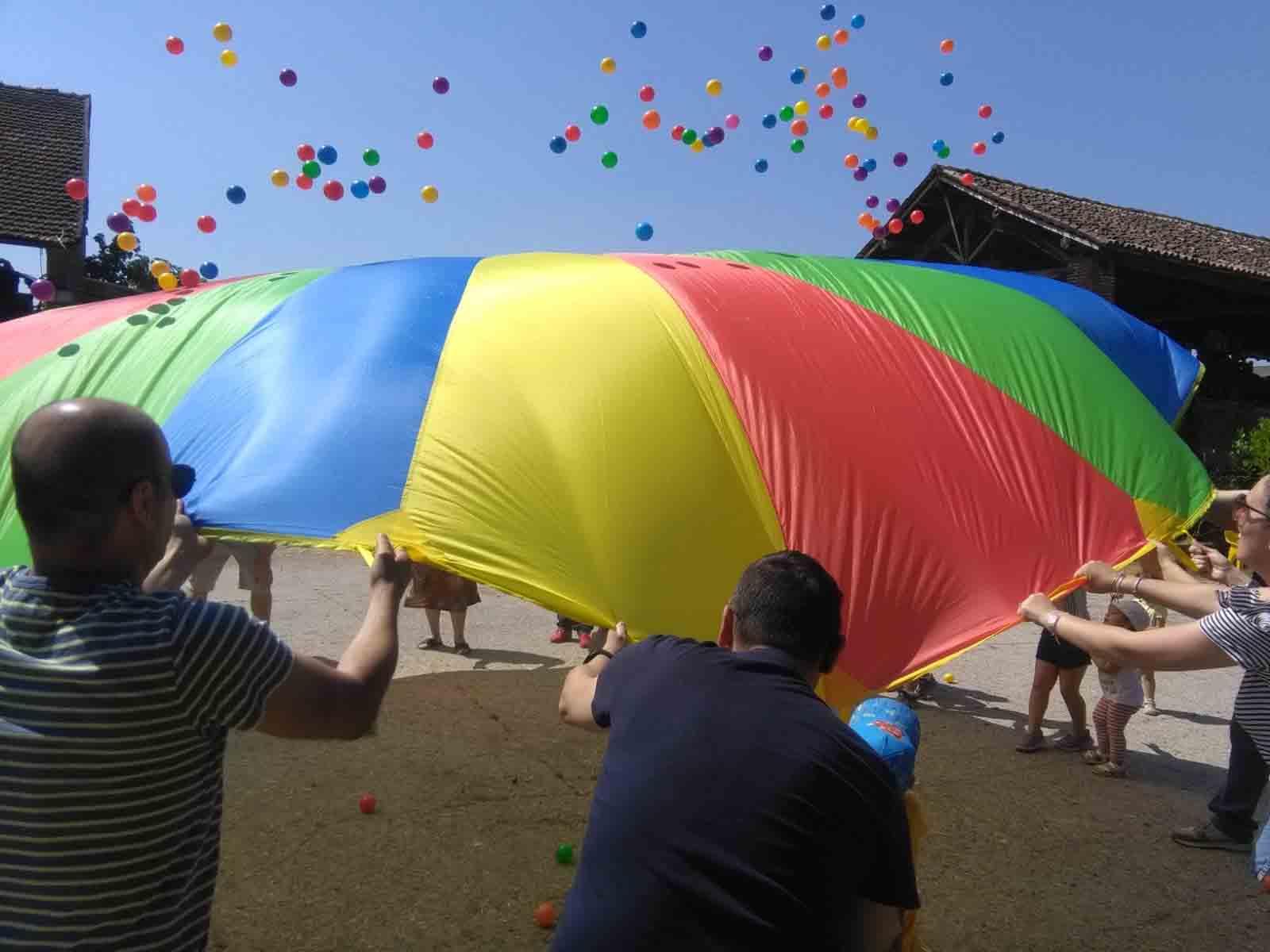 Giochi con paracadute ludico in una festa a Bergamo